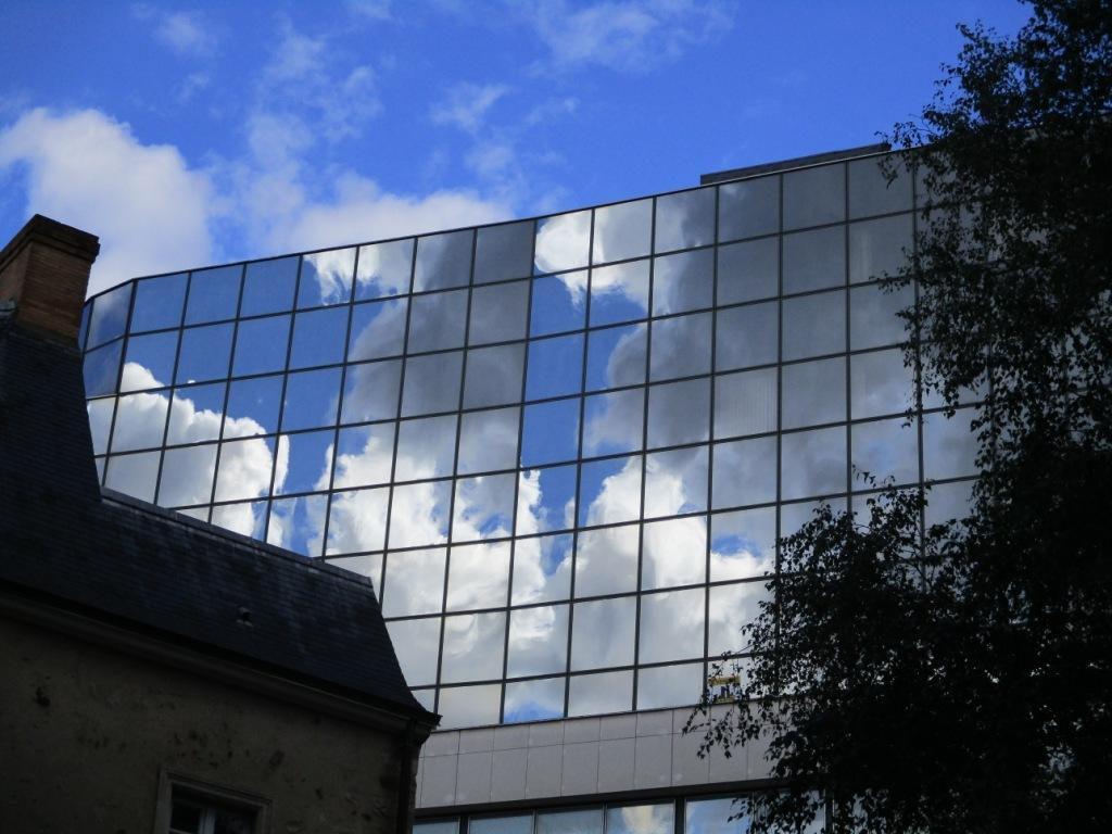 Refelets nuages dans paroi de fenêtres