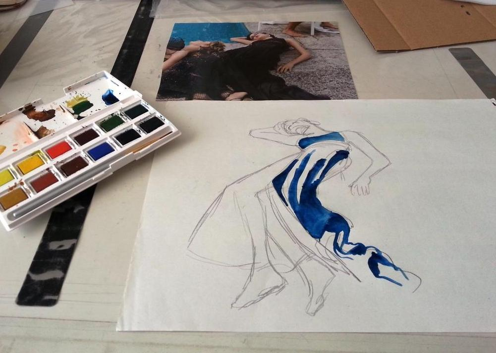 Jeune femme allongée en robe bleue