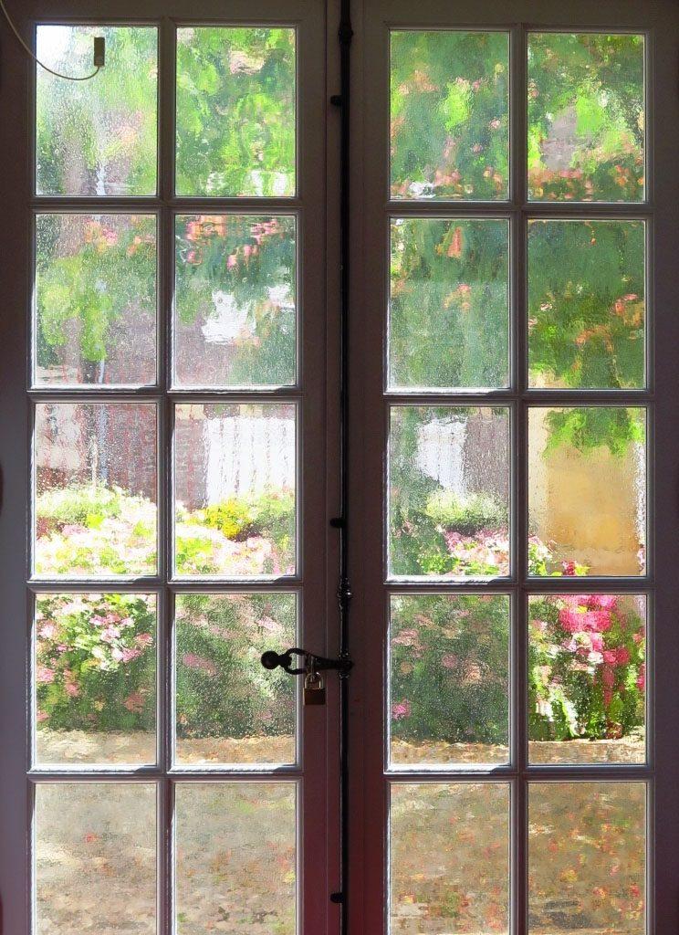 Cour du musée de Vernon, vue à travers la fenêtre de l'accueil